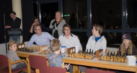 foto van deelnemers van de eerste proefles van opa en oma schaak