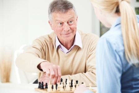 foto van opa die aan het schaken is
