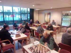 foto van de schaakzaal vol met rapidschakers