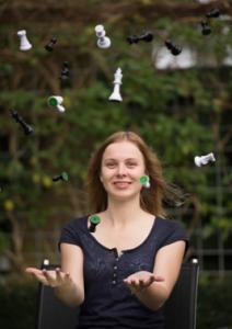 foto anne haast jonglerend met schaakstukken